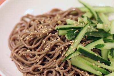 Soba noodles in salsa di soia e cetrioli   Giappone